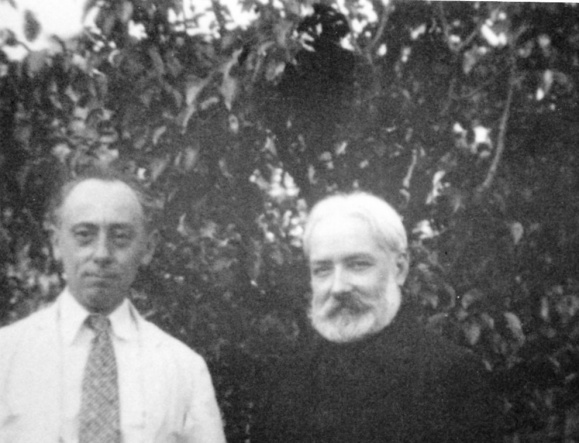 Chauvin avec son ami Bernaux à Port des barques dans les années trente.
